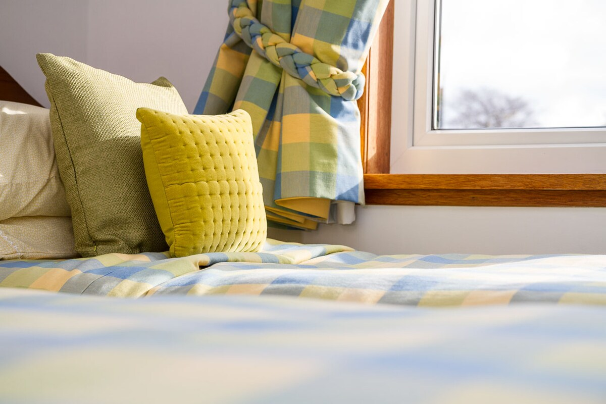 Summer-coloured twin room (two beds) with ensuite and blackout blinds for our very early dawns