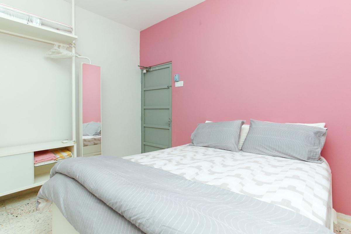 Room 1 wih 1 queen bed