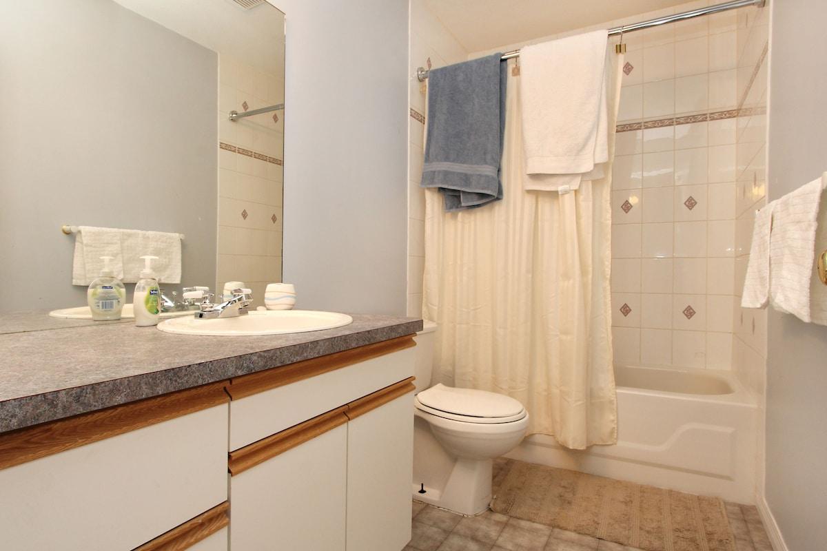 2 bdrm suite, hottub, and kitchen!
