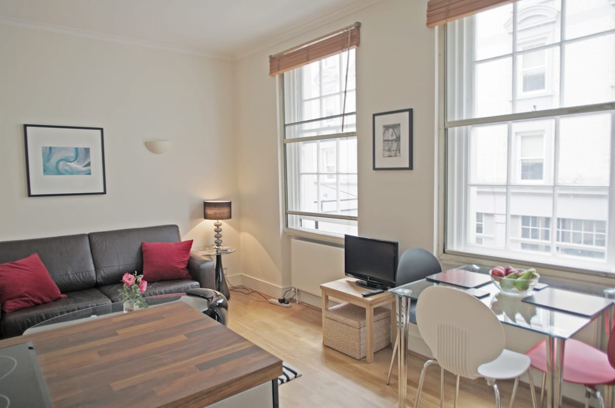 Sitting room with dining table