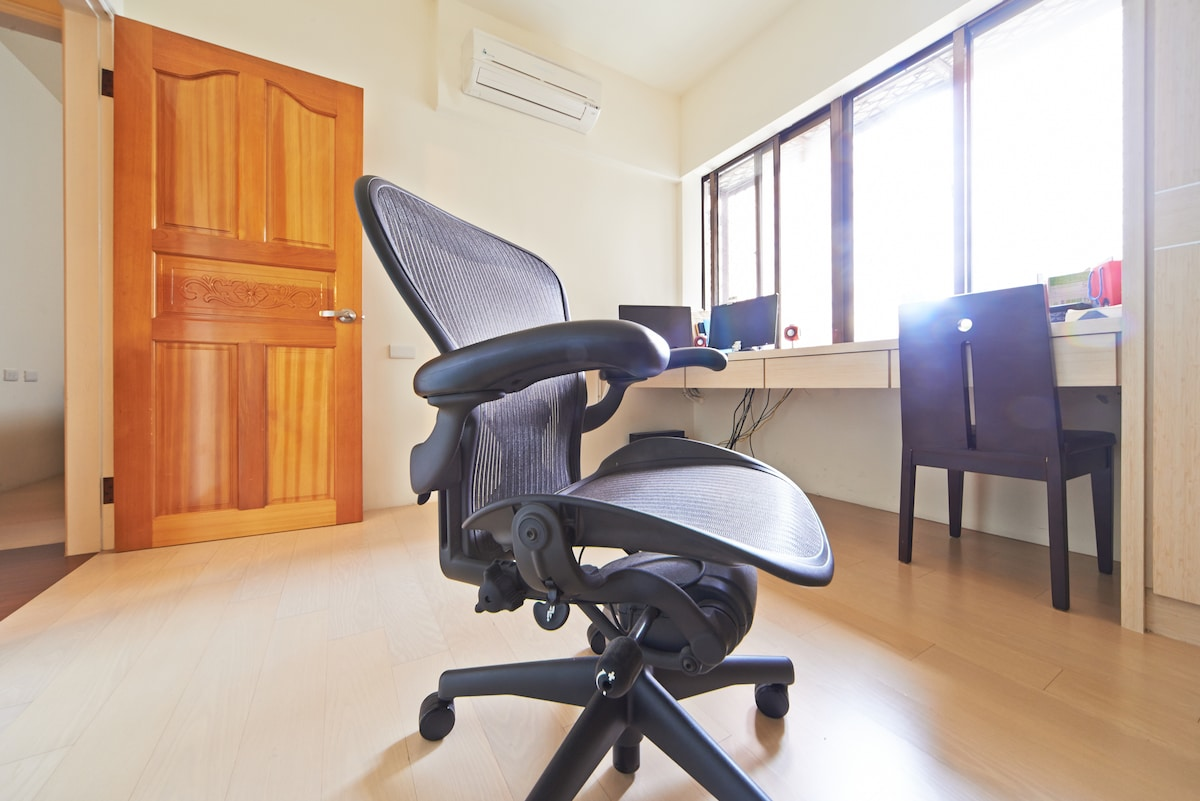 書房及人體工學椅(Study, and the ergonomic chair)
