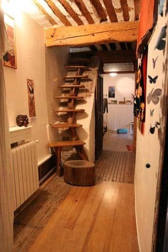 les escaliers si vous voulez rejoindre l'étage