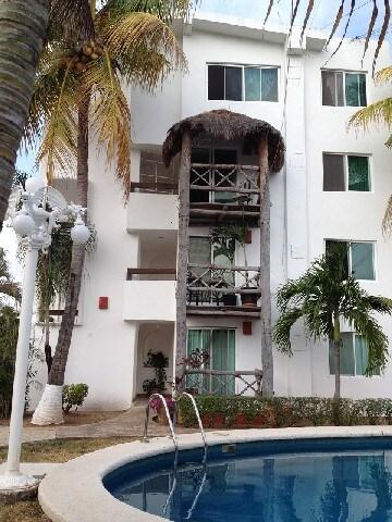 Ubicado en tercer piso con techo de doble altura. Located on 3rd floor.