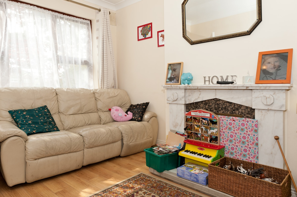A view of the living room, lots of light and space to relax!