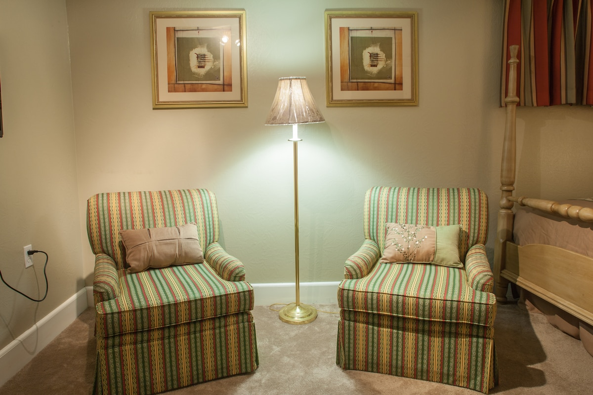 IN ROOM SEATING AREA