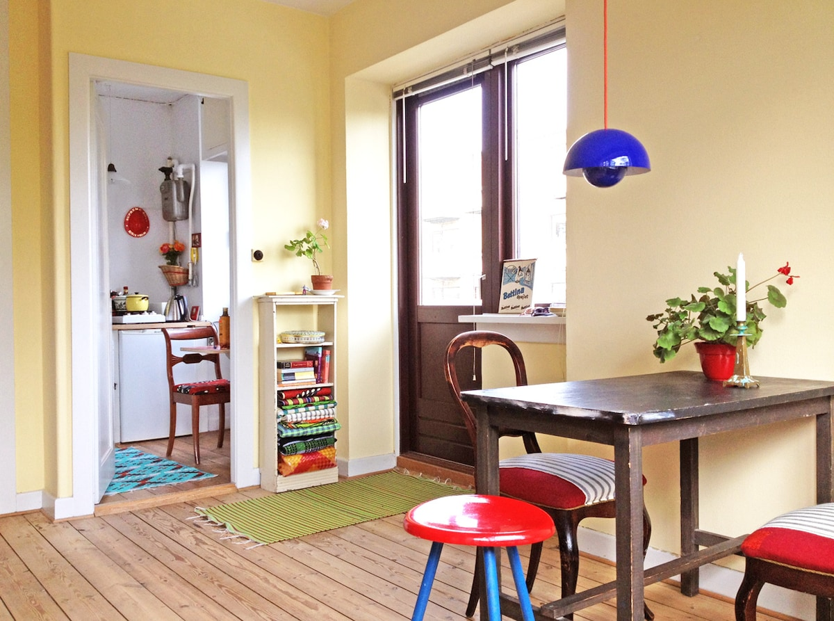 The dining table - colours and flower-pot lamp gives atmosphere.