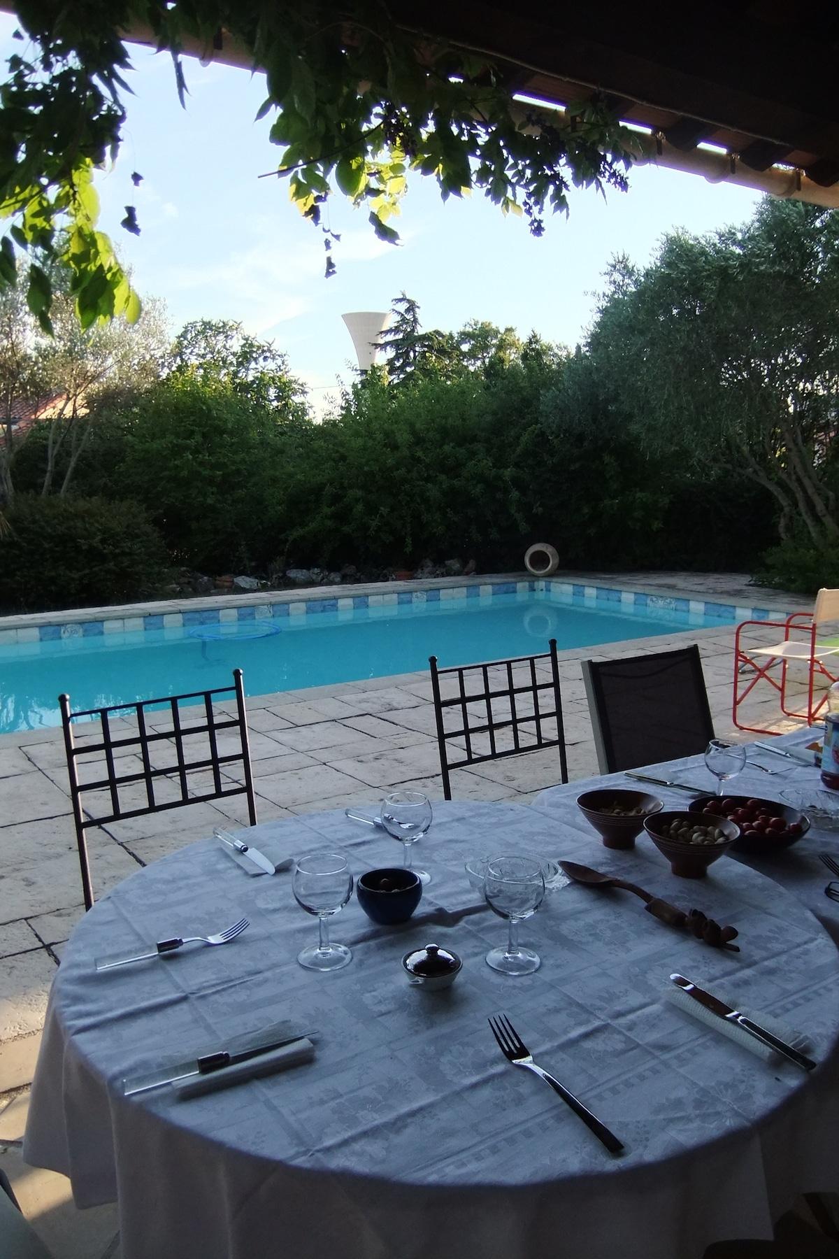 Vue sur la piscine depuis la terrasse le soir