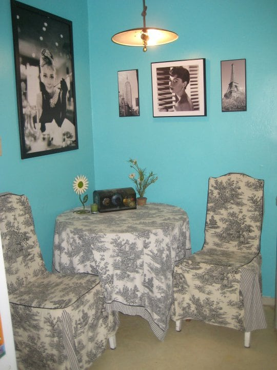 dining room table (decor tiffany blue walls with Breakfast at Tiffany's decor) hope you like Audrey !!!
