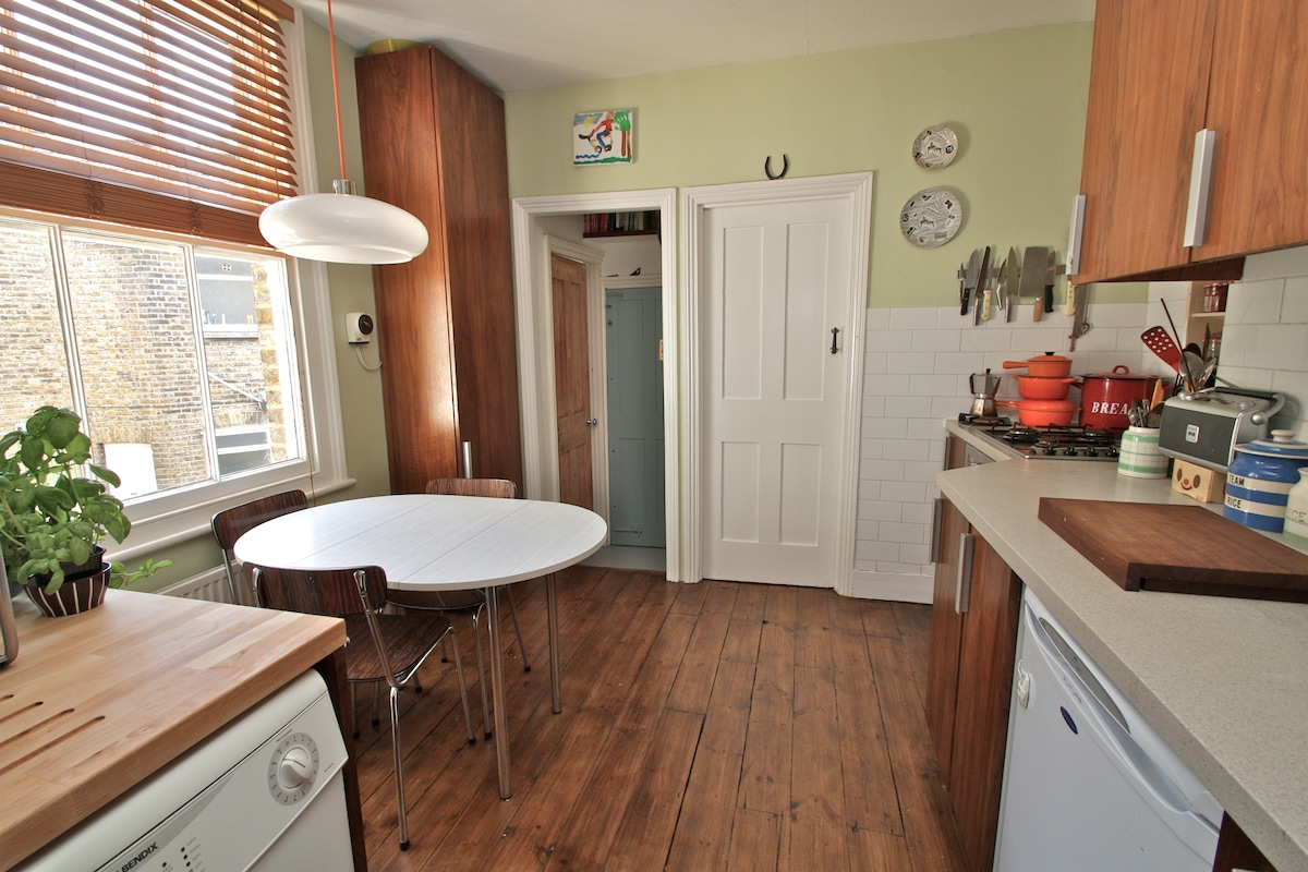 Cool retro kitchen which you're welcome to use....