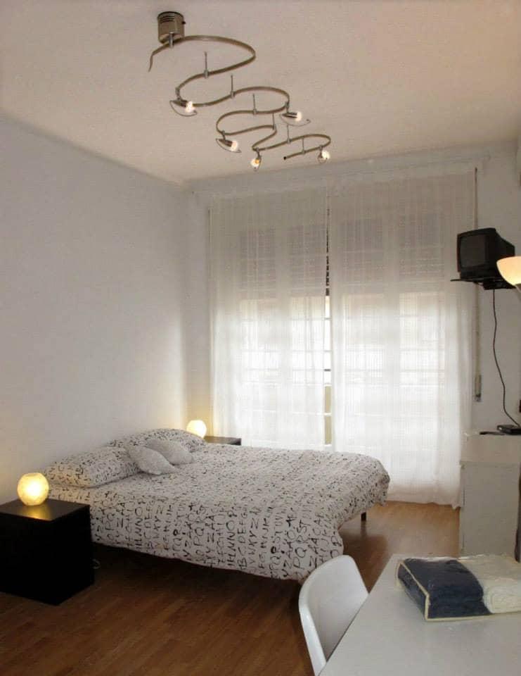 Camera da letto: letto matrimoniale, armadio, cassettiera, scrivania, WIFI, tv, aria condizionata e accesso al balcone con porta finestra