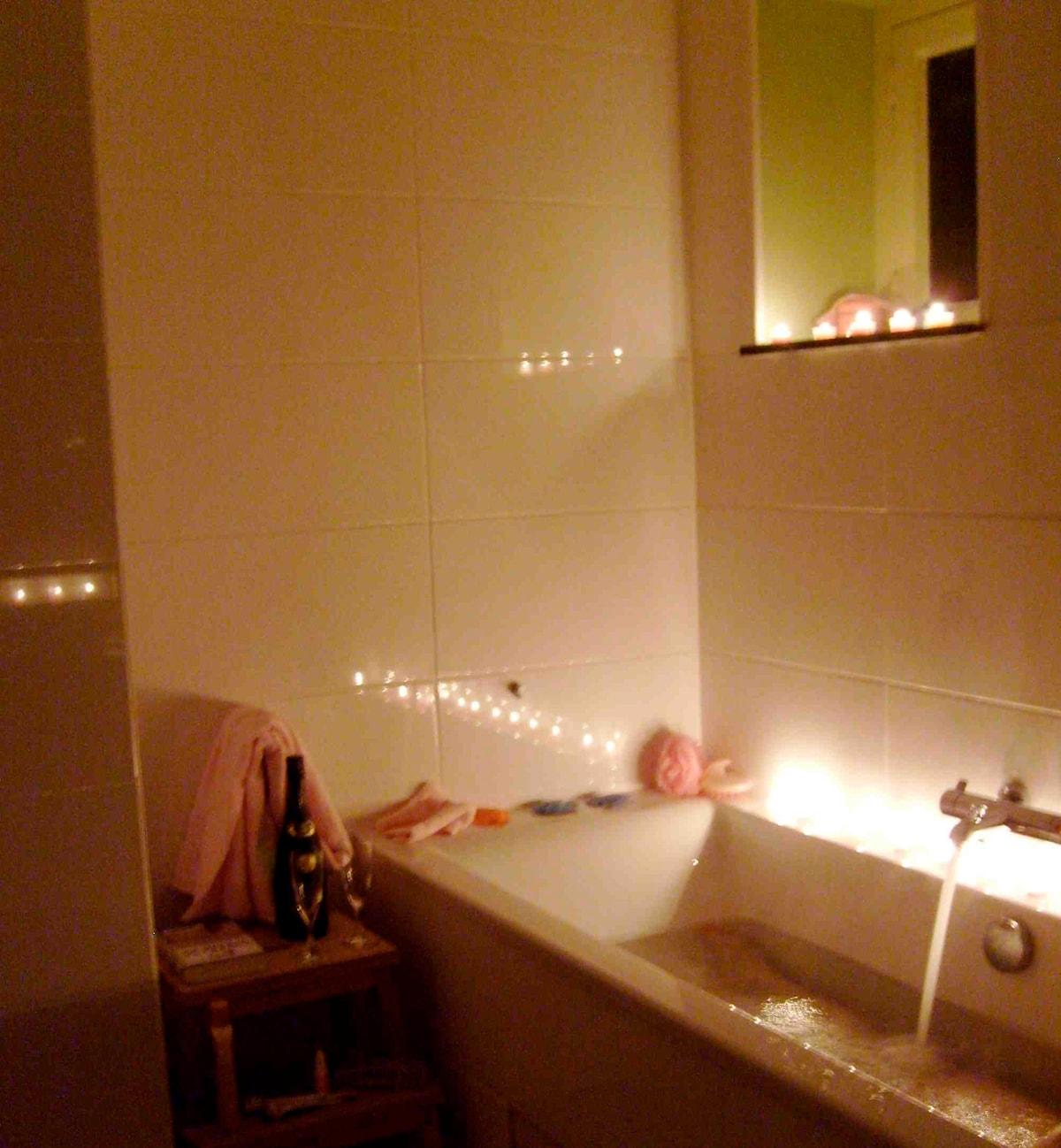 Big Bathroom with bathtub and separate shower / de grote badkamer met bad en douche