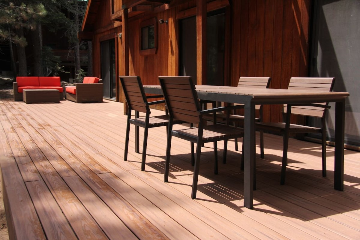 500 sq ft deck with dining and sofa