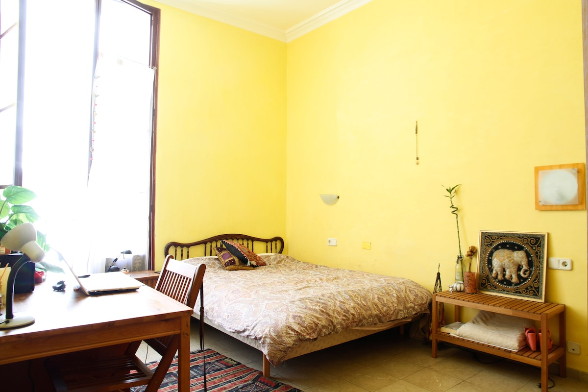 High ceilings, very spacious rooms, big beds, cozy and comfortable