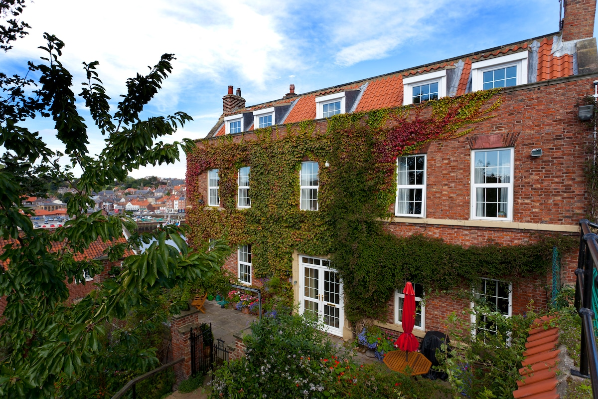 Whitby 2 Bed In Manor House Attic