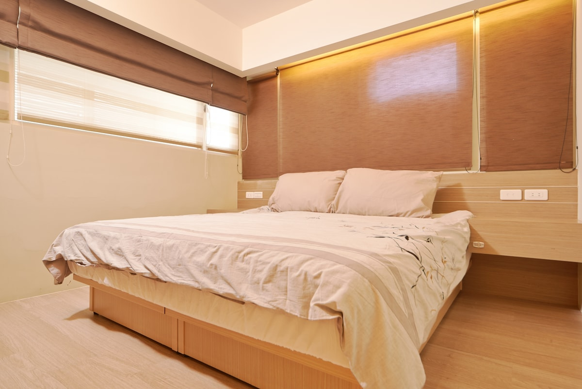 Master room: a king-size bed(183x190cm)