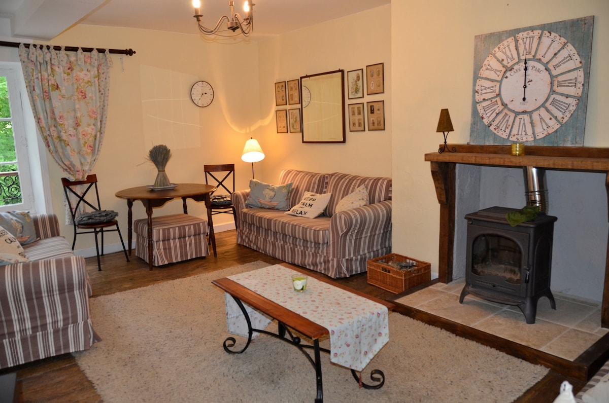 Spacious lounge with English satellite  tv and wood burner for winter nights!