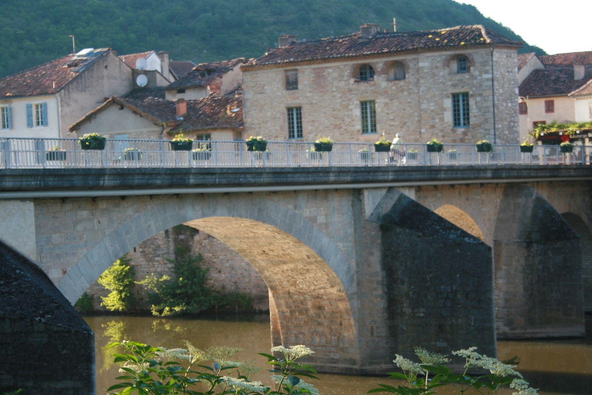 The bridge to the centre of Saint Antonin