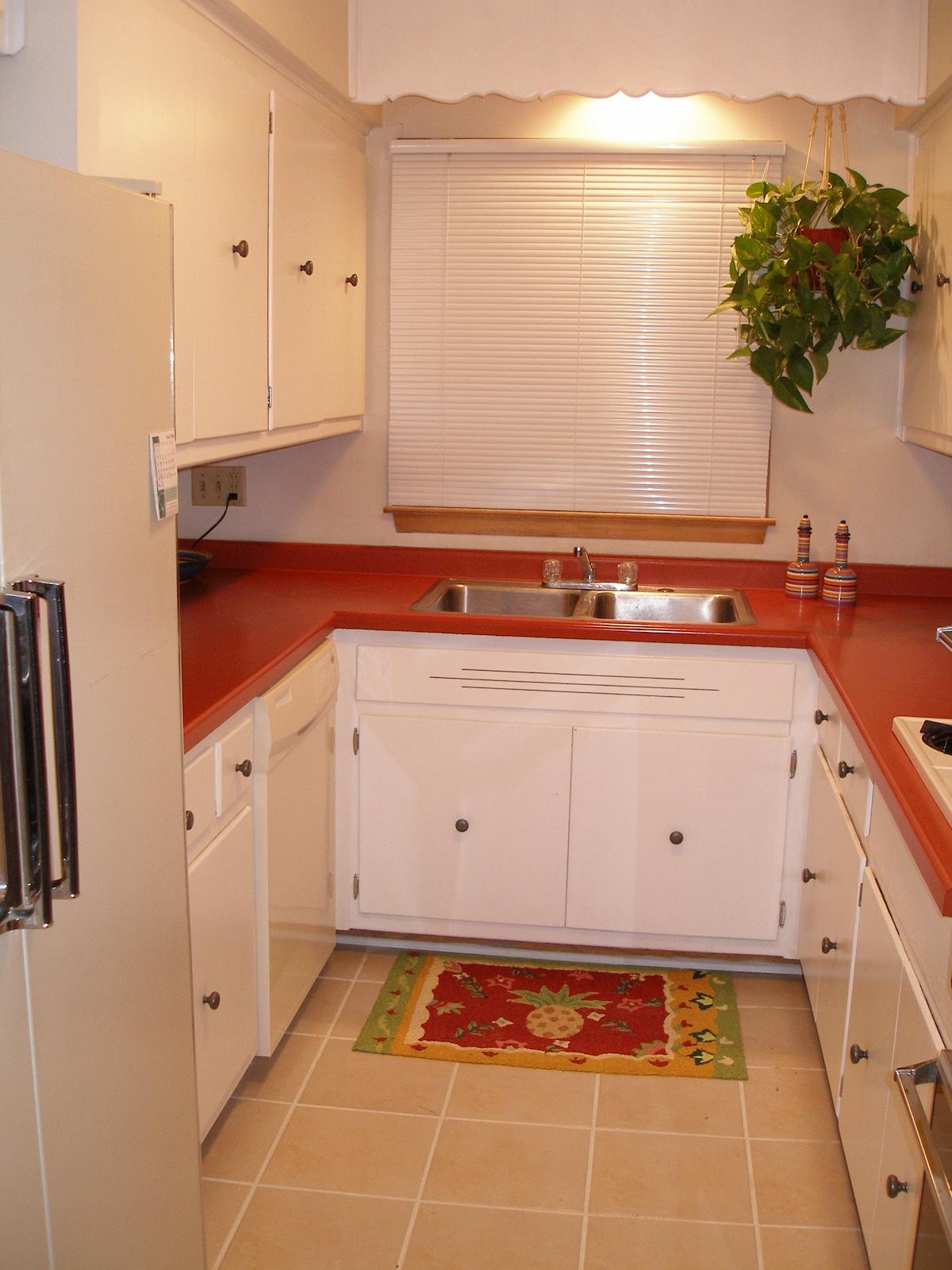 Our cozy little kitchen ...