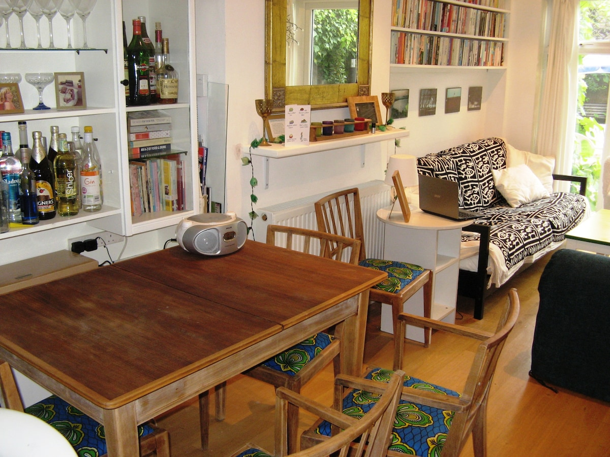 Living room with extendable dining table