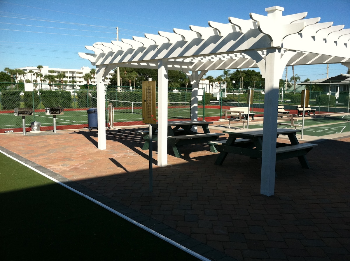 Tennis, shuffleboard, grills, picnic tables