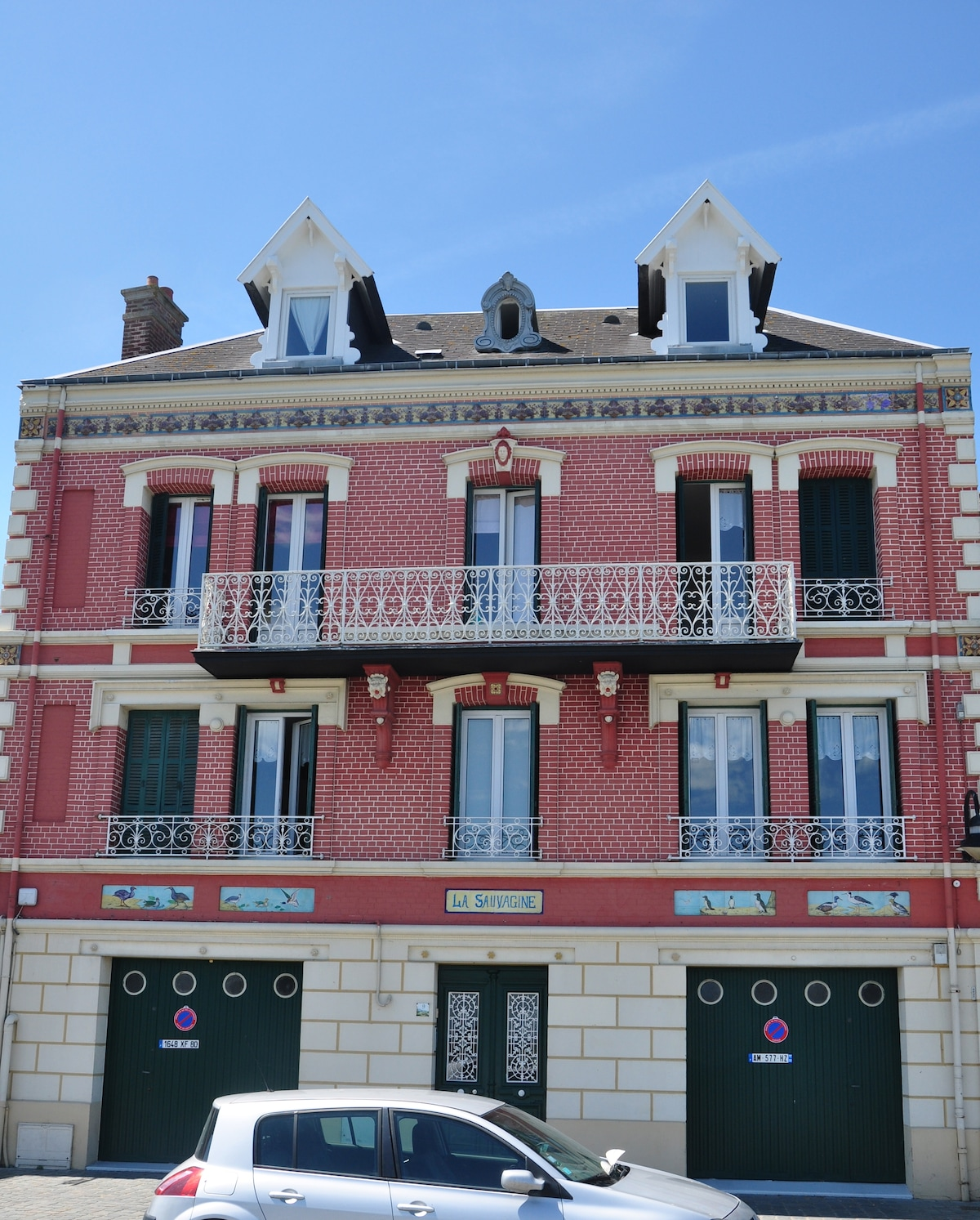 L'appartement se situe a l'etage avec le balcon / The flat is located on the second floor