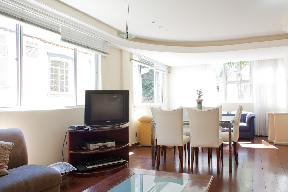 Sala ampla com ótima luz natural.