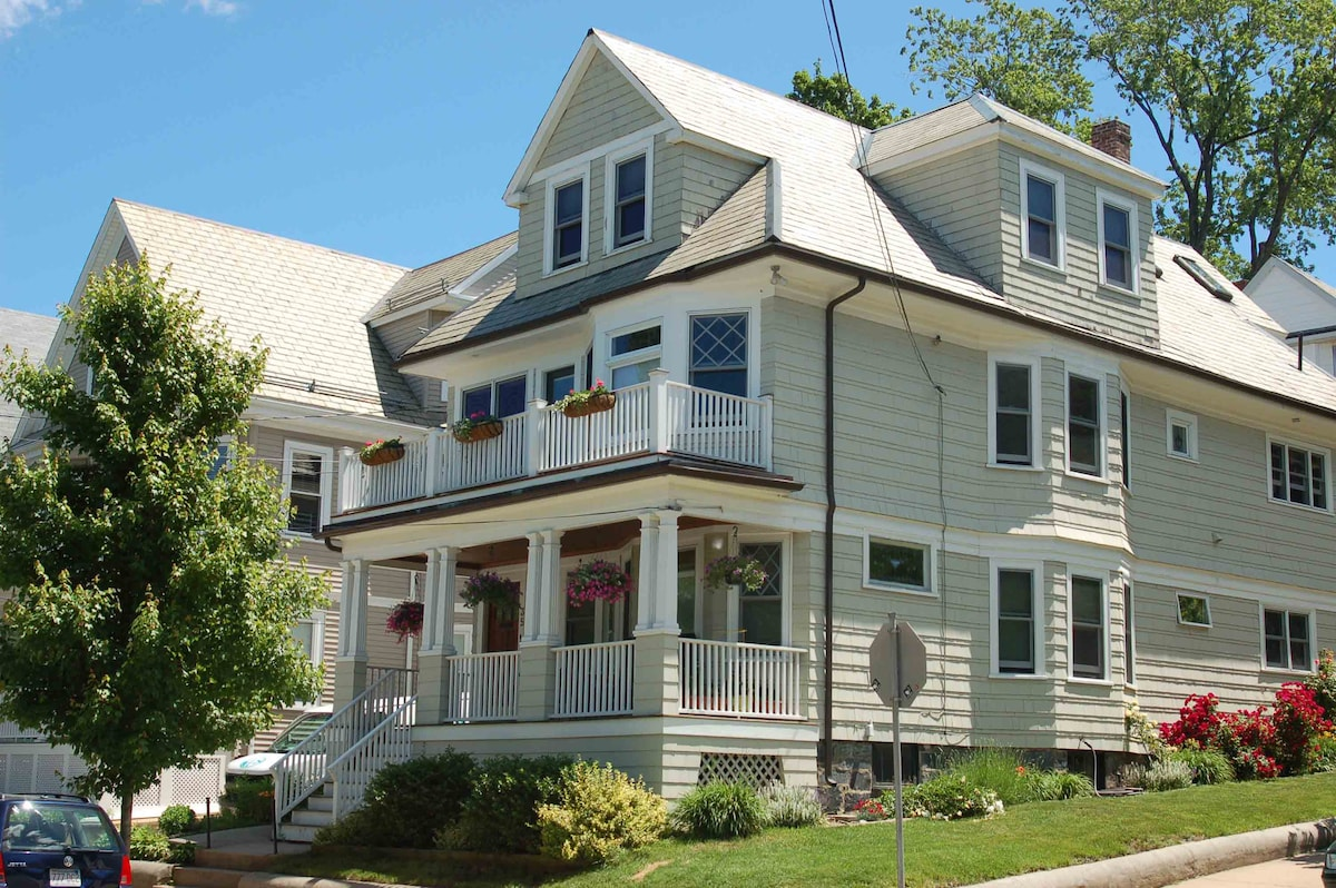 Our house is located in a quiet area between Tufts University and Teele Sq.  Just a 10 minute walk to Davis Sq.