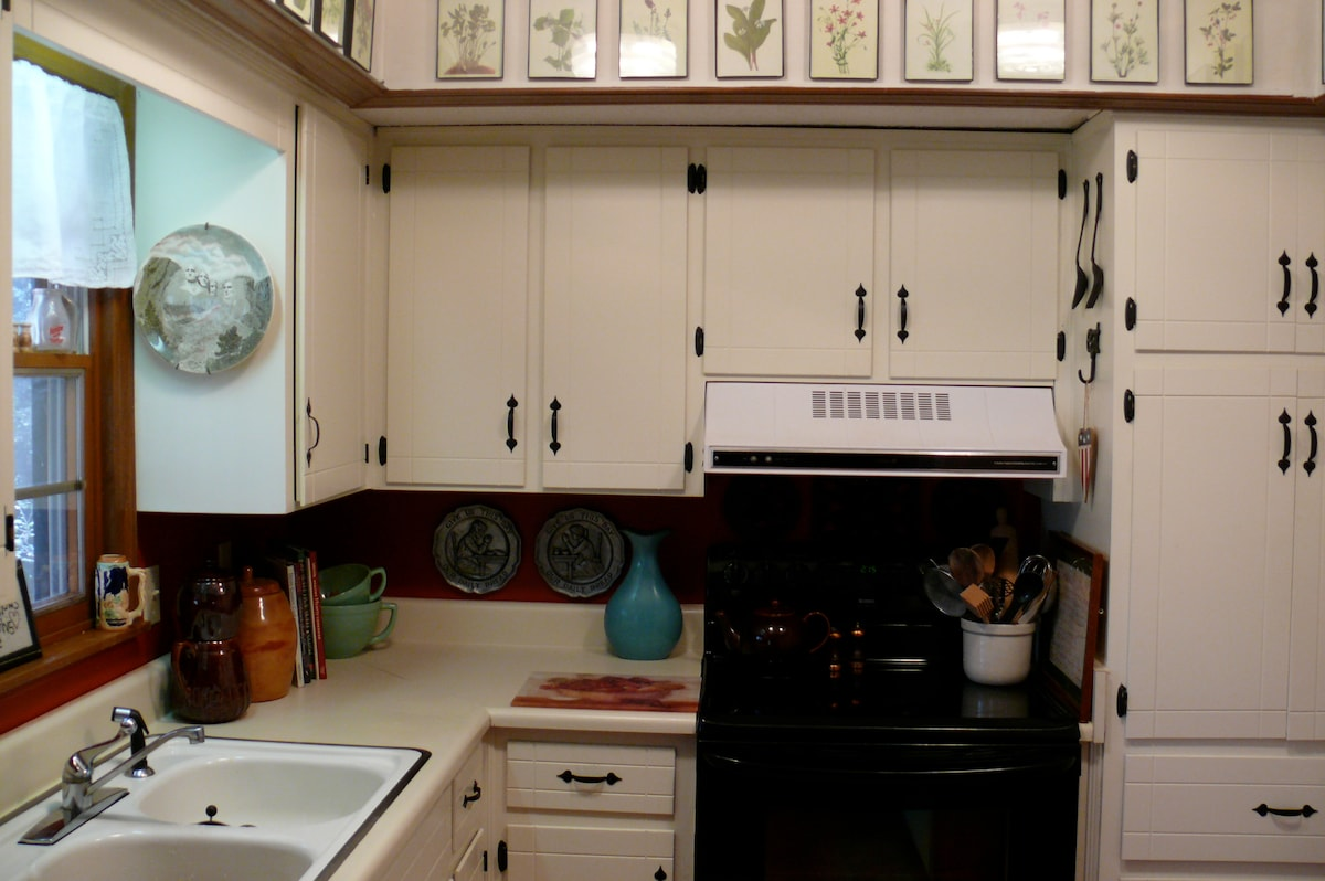 Very clean kitchen with everything you need for cooking