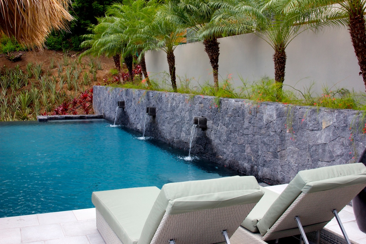 The infinity-edge pool with spectacular ocean views... Paradise!