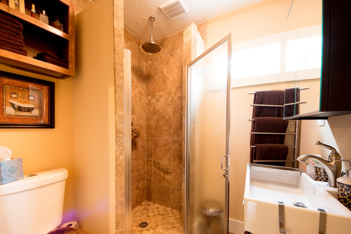 The newly remodelled bathroom with a rainshower and plush towels!