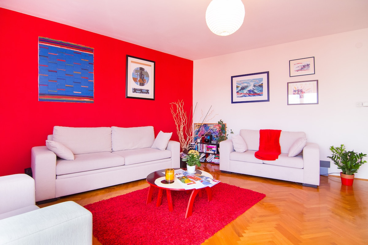 Cherry room: bright, spacious and colorful living room - for entertaining or leisure. You choose :)