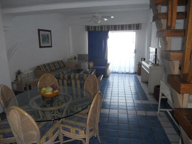 Primer Piso: Cocina, Mesa Comedor, Sala, Tele con Cable, Baño Sencillo, Balcón y Aire Acondicionado.