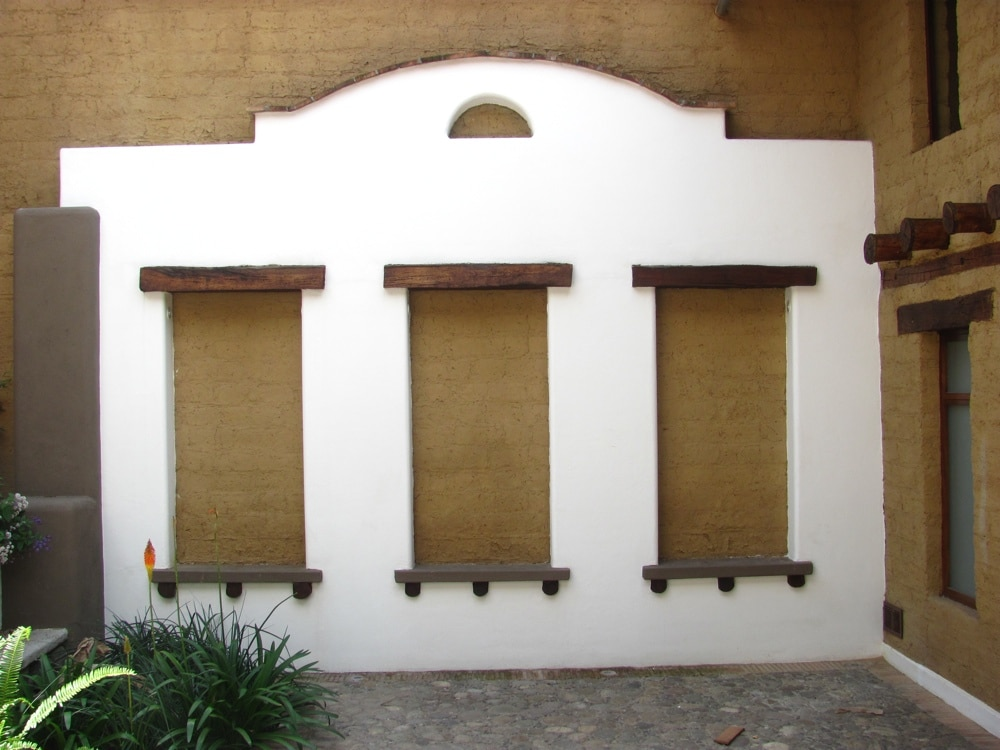 A Colonial-style portal marks the courtyard.