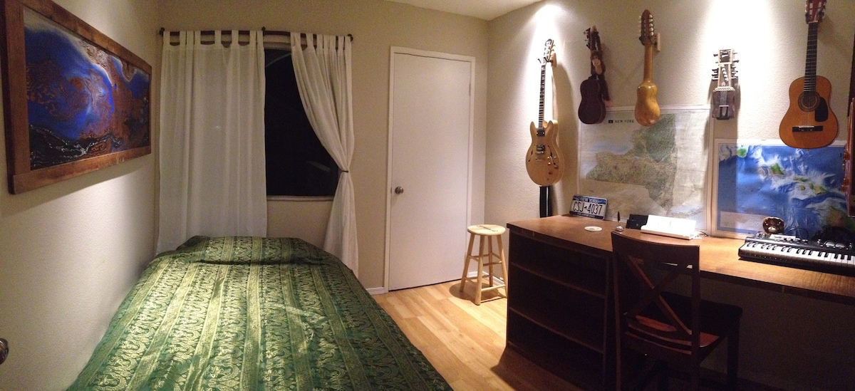 Private Room in Center of Island