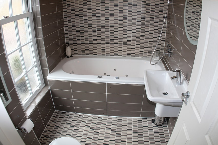 En-suite bathroom with Jacuzzi spa bath