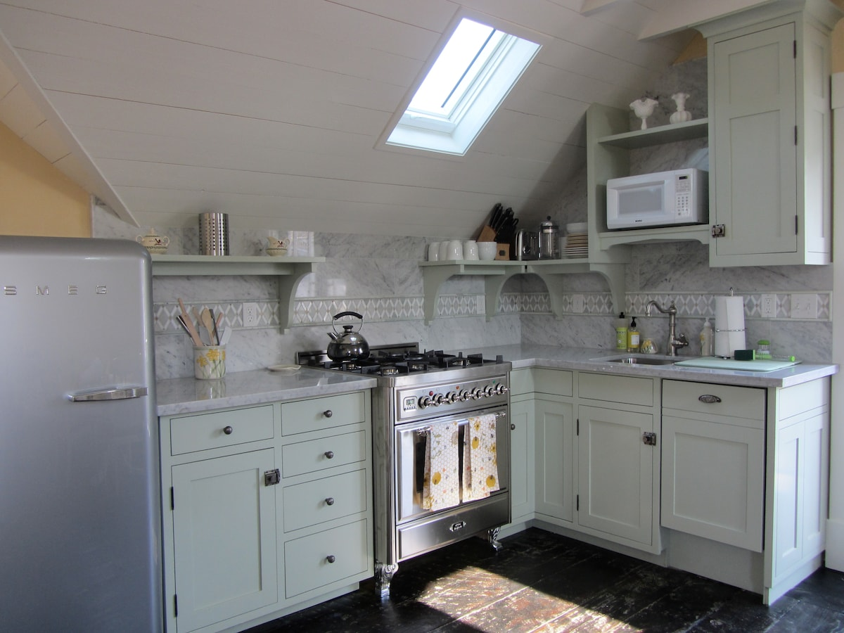 ILVE dual fuel Italian Range, SMEG fridge, BOSCH dishwasher. Fully equipped