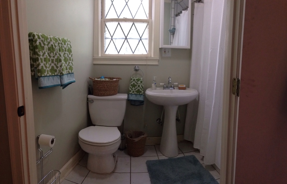 Clean, updated bath w shower/tub.