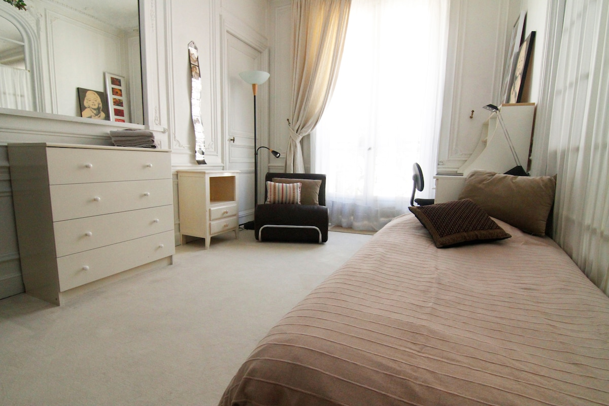 "Your ""Cosy bedroom near Arc de Triomphe"" ?"