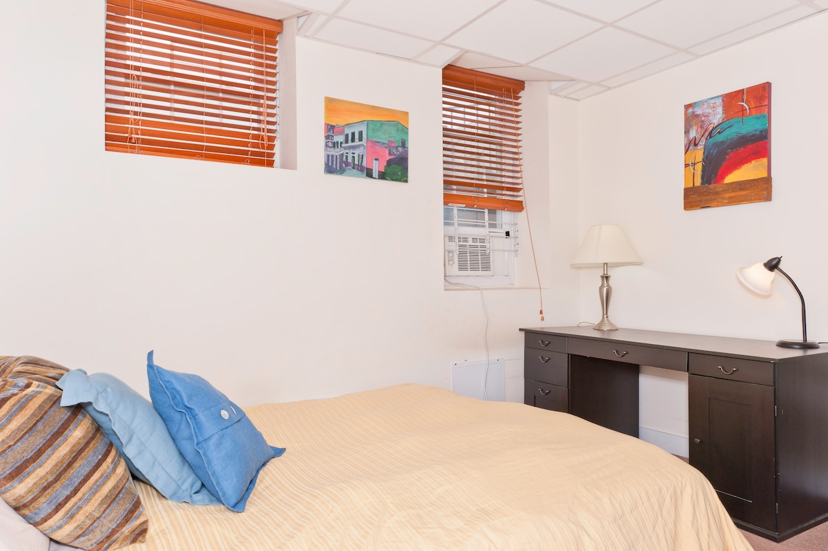 Guestroom - Queen size bed and desk