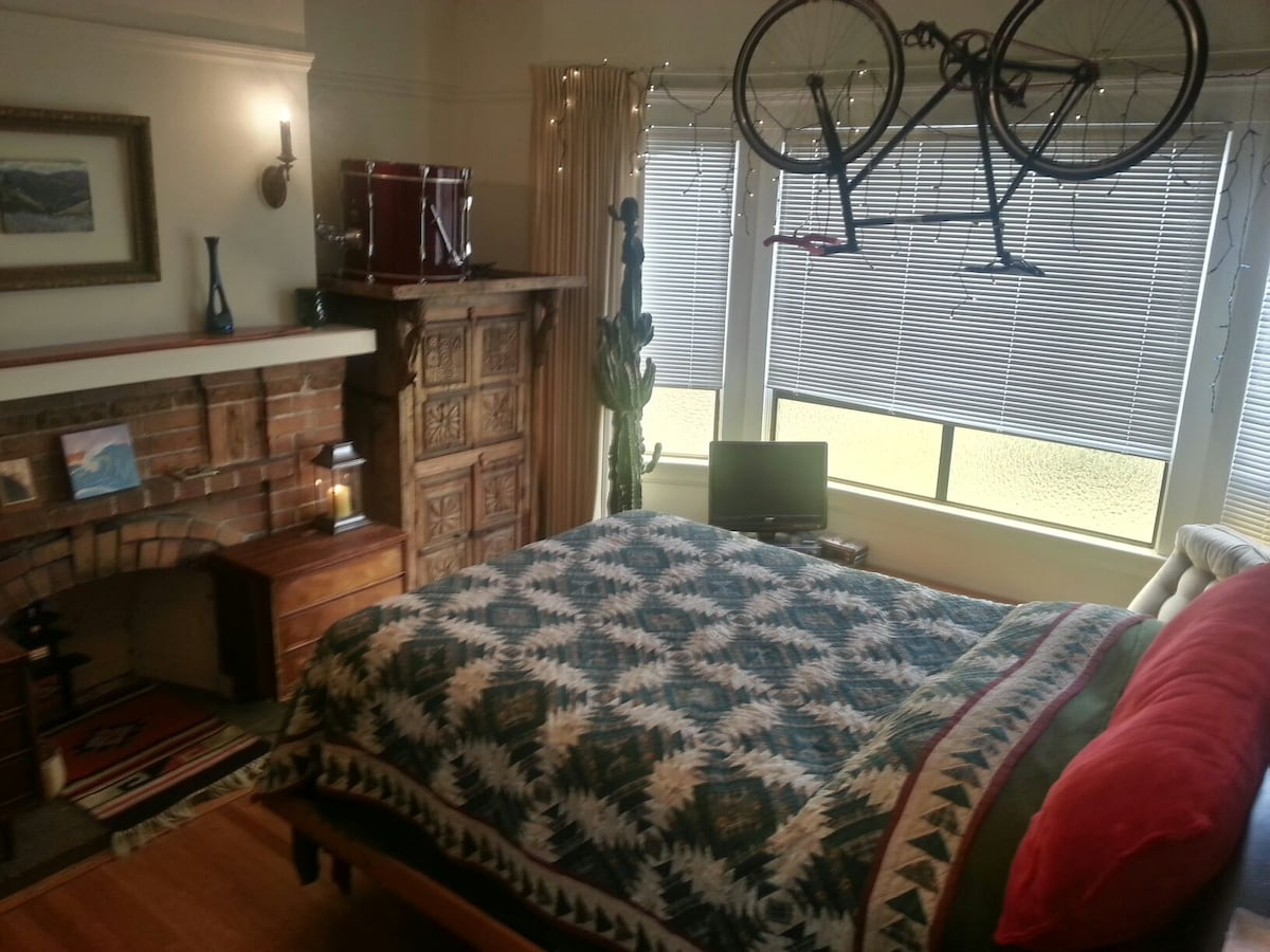 Big comfy full sized bed with toasty quilt and fleece blanket over clean sheets.    That's another bike available for any errands in the neighborhood or trip to a cafe.   Streets are closed to bikes on the weekends in GG Park, just two blocks away.