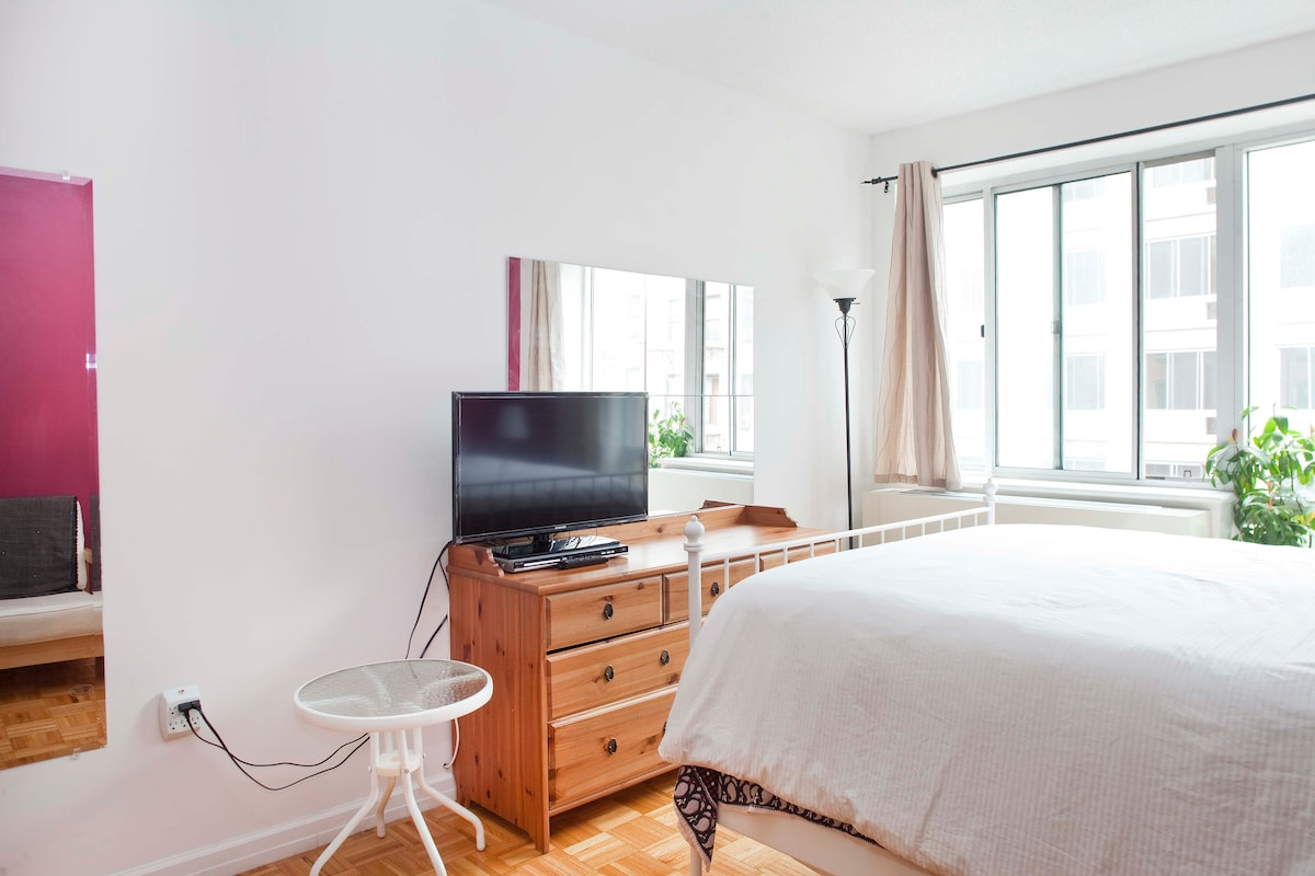 Light and sunny and open bedroom, with your own TV is perfect !