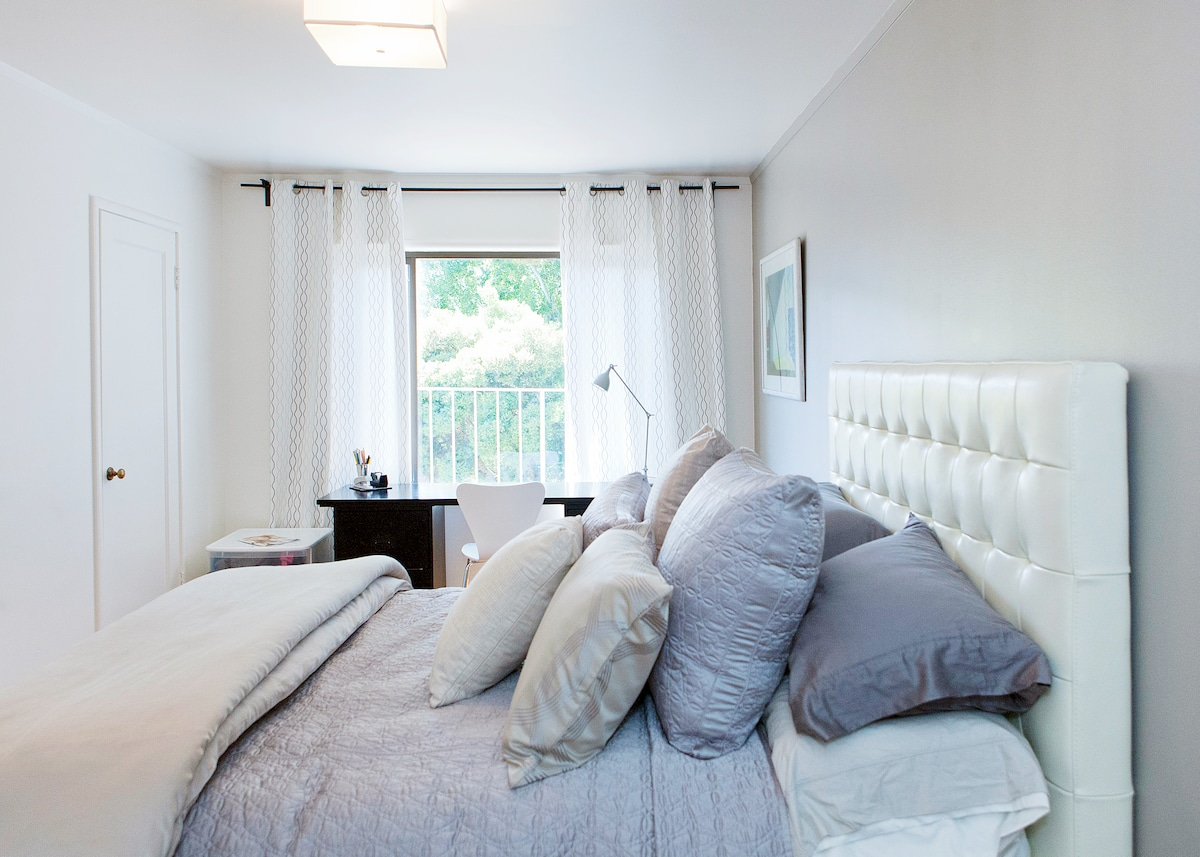 Quiet bedroom with views of stars at night or wake up to the sunny hill views, all without leaving your bed!