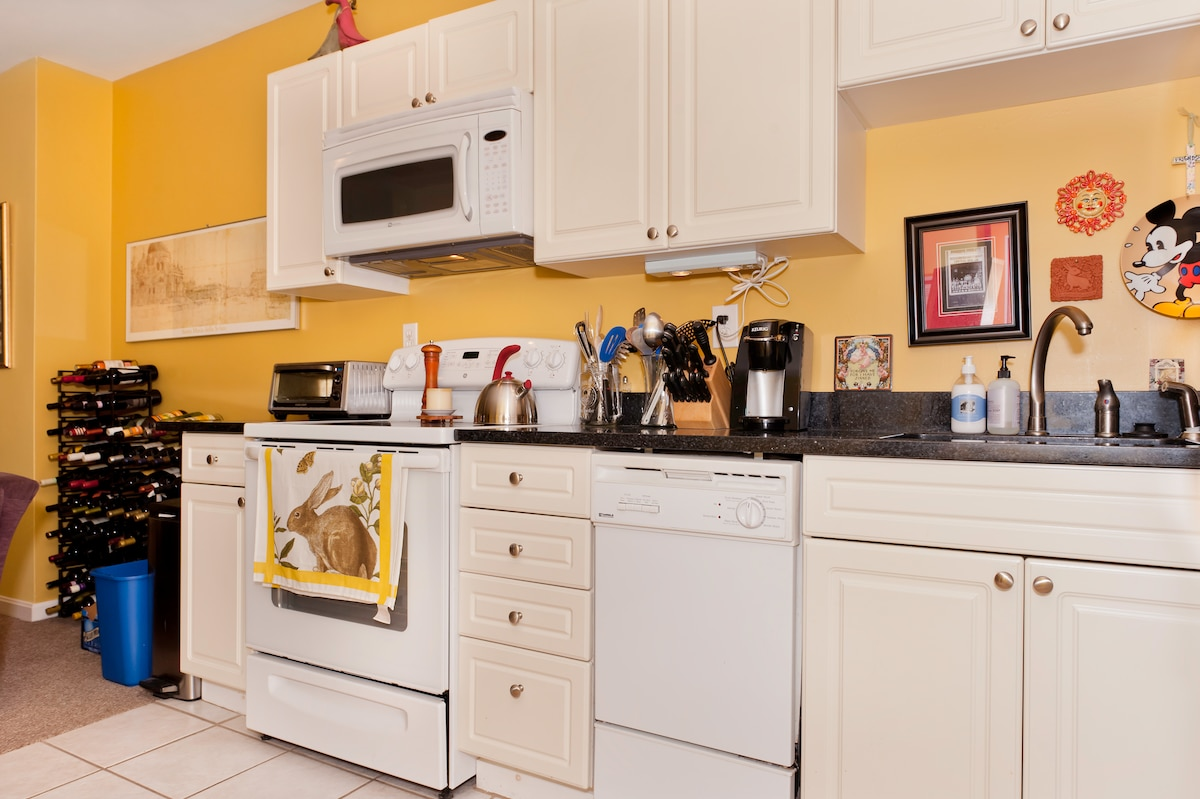 Microwave, toaster oven, blender, Kreiug coffee machine -- all appliances can be used by guests.