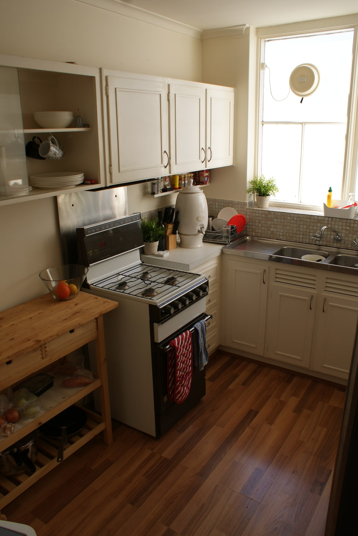 Neat kitchen, gas cooker. Everything you would expect in a kitchen.