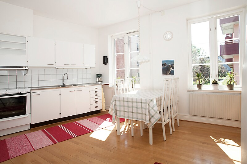 Big, bright kitchen