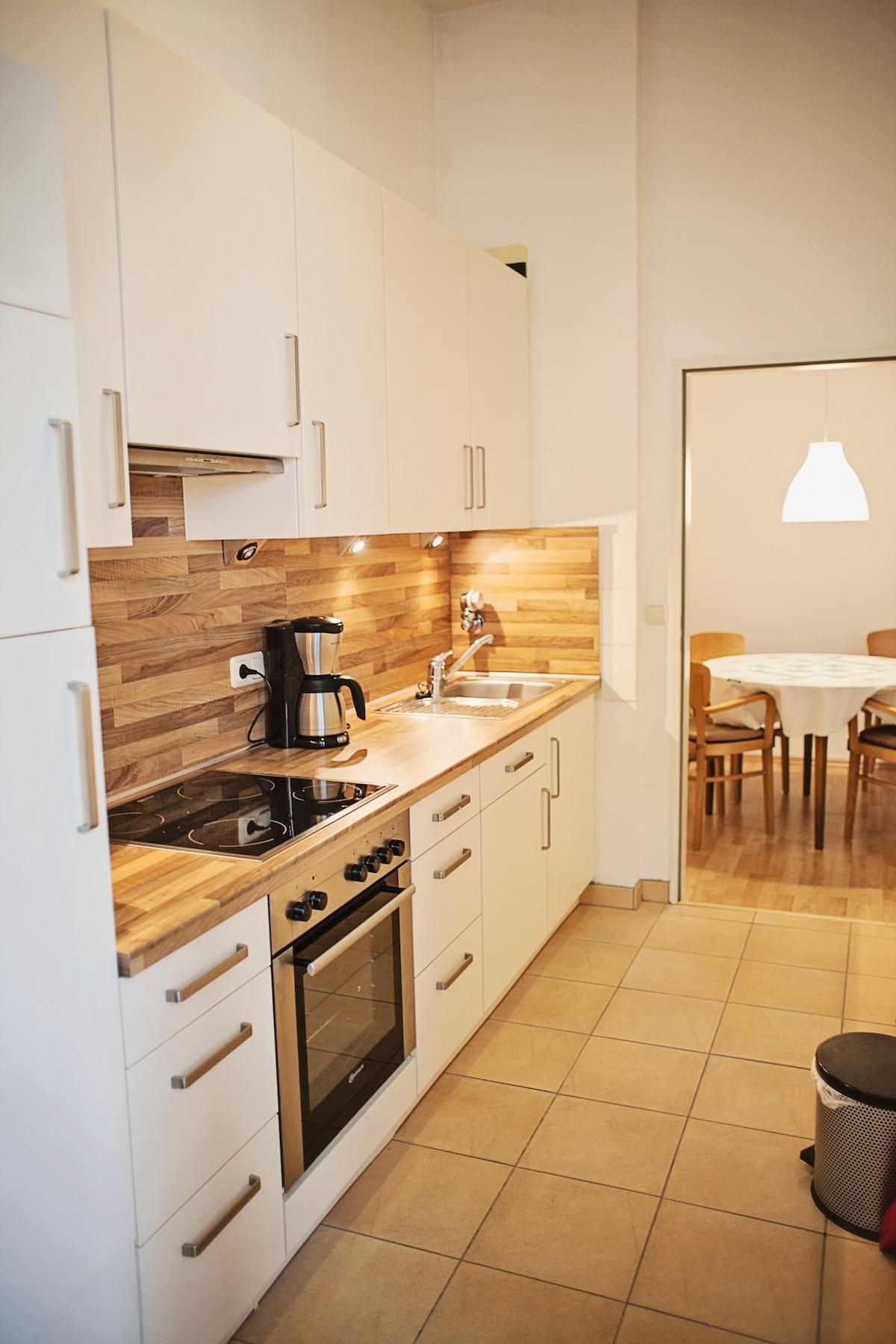 Küchenzeile mit Blick auf die Essecke und Zugang zur Loggia