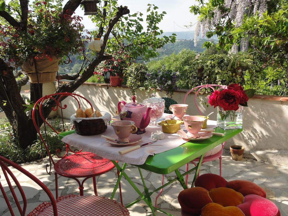 Petit déjeuner romantique sur la terrasse privée de la suite familiale