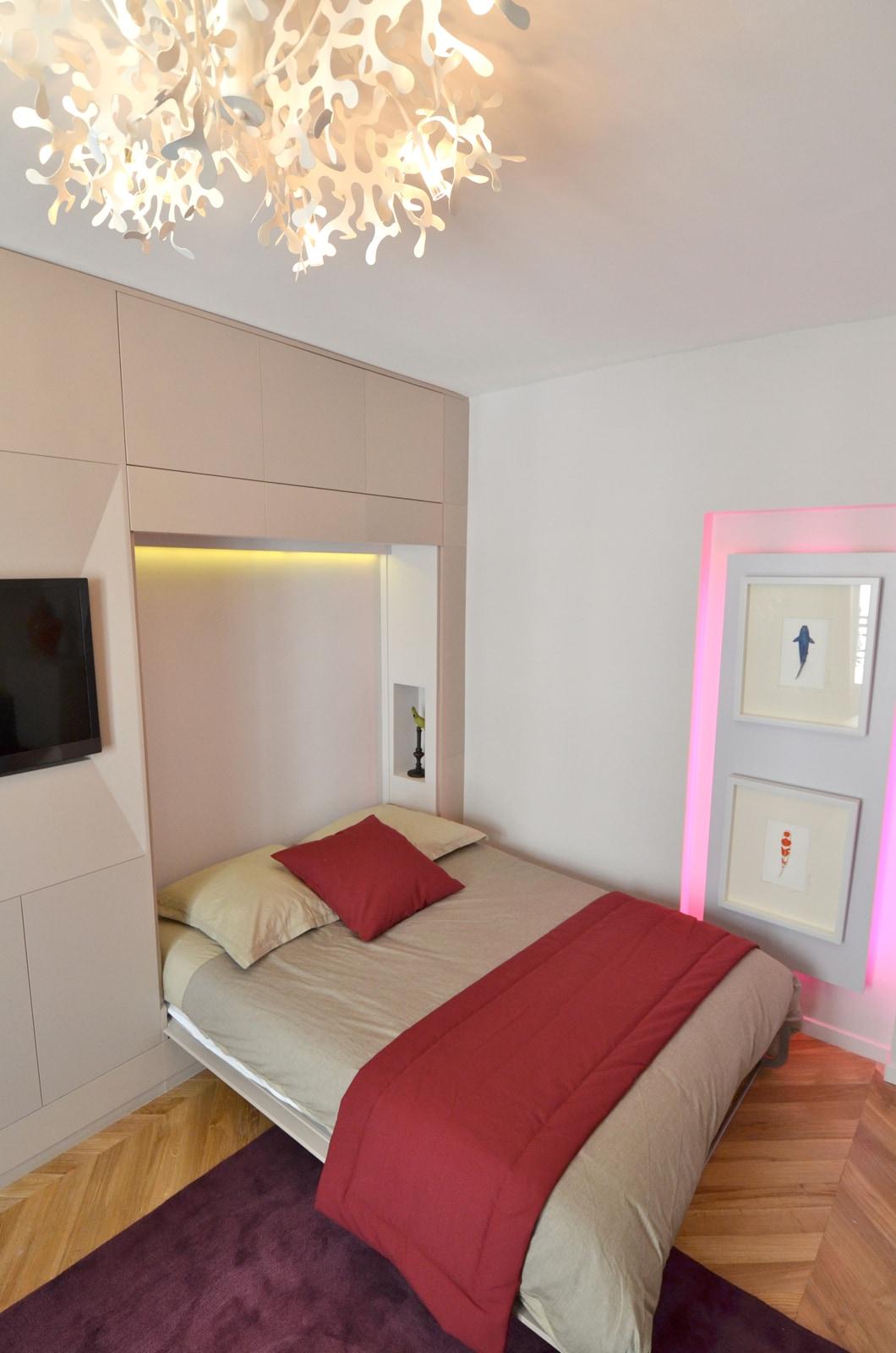 Bed hid in the wall in the livingroom Lit caché dans le mur dans le salon