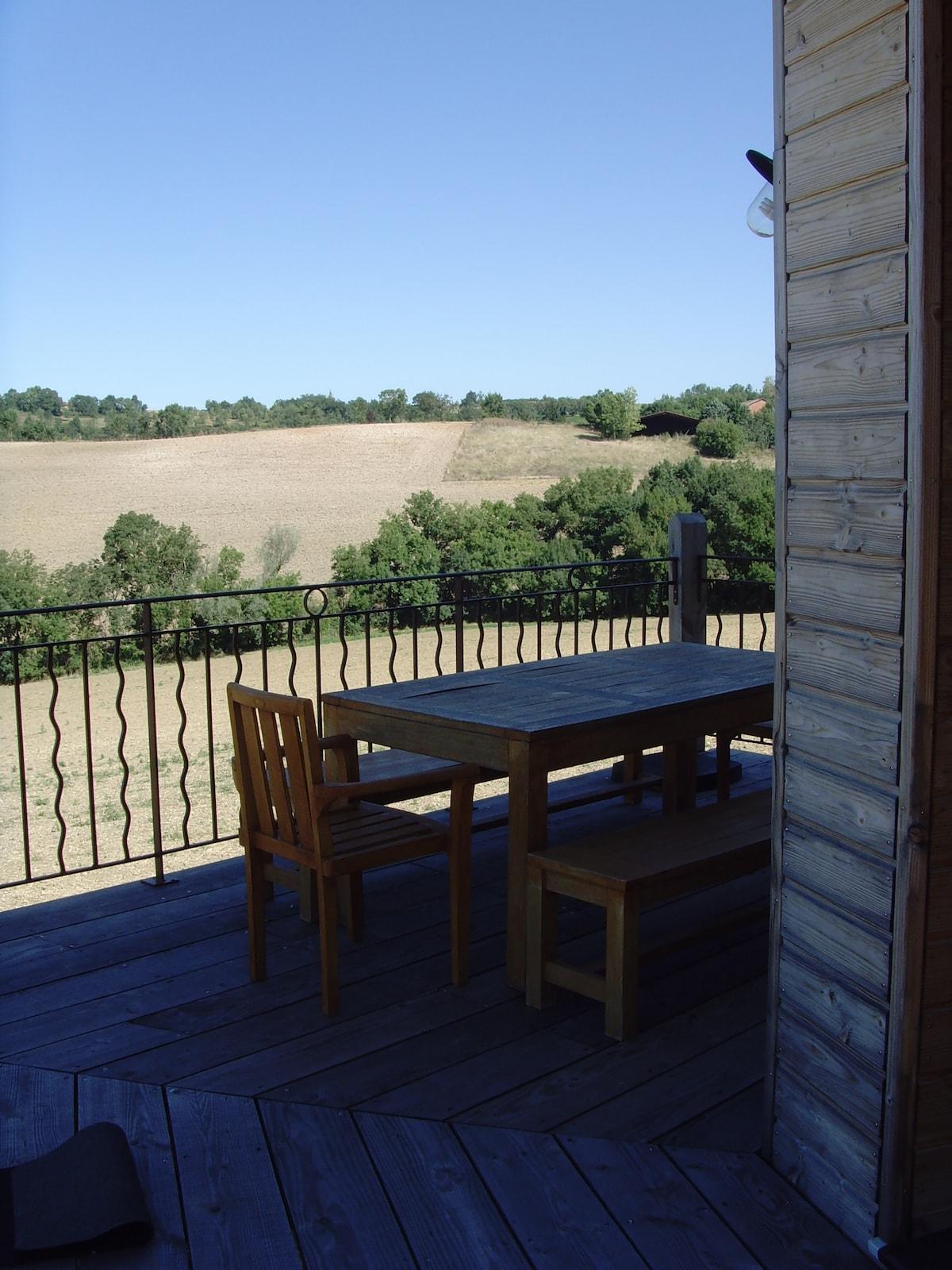 Possibilité de prendre le petit déjeuner ou le diner sur la terrasse.