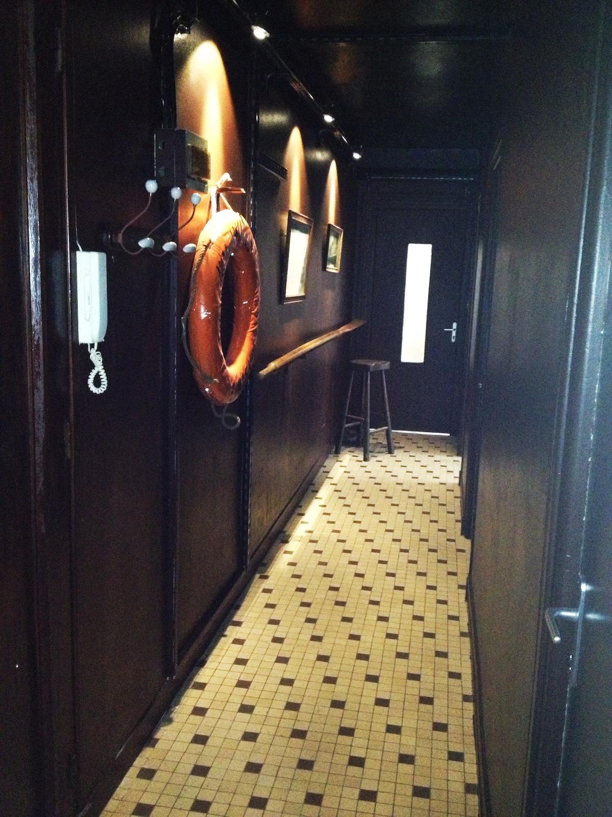 Lorsque vous rentrez dans ce superbe couloir,vous avez l'impression d'être dans une coursive de bateau! Que souhaiter de plus dans une ville de marins...